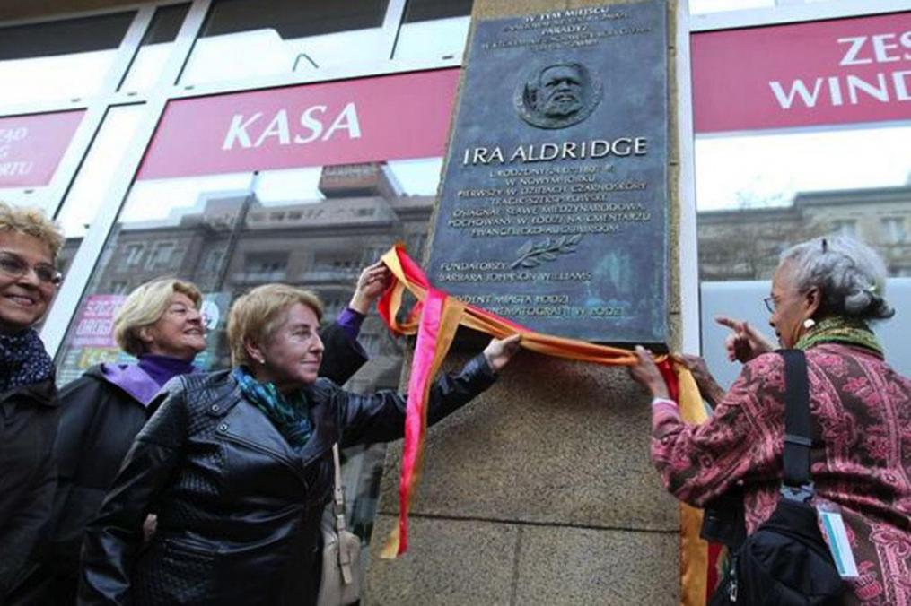 Barbara Johnson Williams '63 (far right) helps reveal a plaque commemorating Ira Aldridge in Łódź, Poland. The plaque is on the front of the former hotel and Paradyz Theatre, where Aldridge died unexpectedly on Aug. 7, 1867, during a rehearsal of Othello. The plaque was created by Polish sculptor Marian Konieczny.